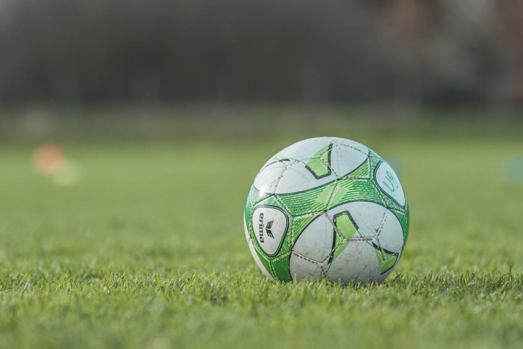 Das Röhrtalstadion in Sundern erstrahlt in schwarz-gelb und blau-weiß
